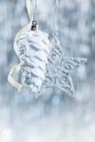在闪烁bokeh背景的银色和白色圣诞节装饰品与文本的空间 Xmas和新年好 图库摄影