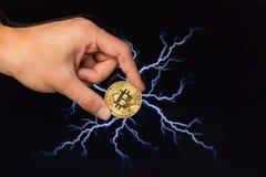 在闪电前面的Bitcoin硬币 免版税库存图片
