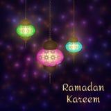 在闪闪发光夜背景的赖买丹月Kareem灯笼 焕发阿拉伯例证,赖买丹月在强光的邀请卡片与弄脏, s 图库摄影