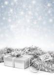 在闪闪发光雪背景的庆祝银色礼物盒 库存图片