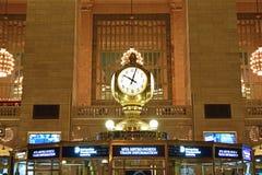 在问讯台顶部的四面对的时钟是一个盛大中央最可认识的象  库存照片
