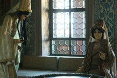 在闺房内部的两个玩偶 免版税库存图片
