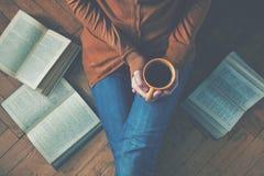 在阅读书以后的咖啡杯 库存图片