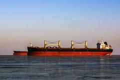 在队列的大罐车装载的油在冰冷的海 免版税库存图片