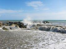 在防堤的波浪断裂 库存照片