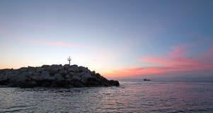 在防堤/跳船的日出Puerto圣何塞台尔Cabo港口/小游艇船坞的在巴哈墨西哥 免版税图库摄影