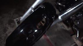 在防御者摩托车绘的头骨喷枪喷射和定做 股票视频