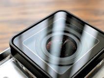在防水照相机住房盒的行动凸轮在木书桌上 库存照片