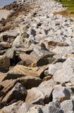 在防波堤的Grainite石头 库存图片