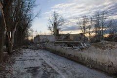 在防空S-75 & x22的地点的废墟的日落; Dvina& x22; 免版税库存照片
