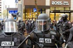 在防暴装备特写镜头的波特兰警察 库存照片