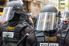 在防暴装备特写镜头的警察 库存图片