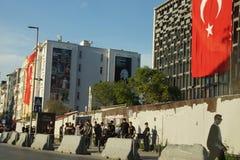 在防暴装备的警察在抗议示范时等候命令 免版税库存图片
