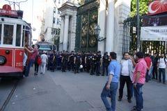 在防暴装备的警察在抗议示范时等候命令 库存照片
