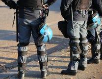 在防暴装备的警察有在都市revo期间的防护盔甲的 免版税库存照片