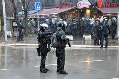 在防暴装备藏品武器的警察 库存图片
