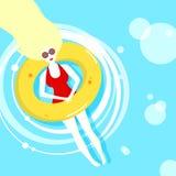 在阳光下在lifebuoy的一个游泳池的泳装的妇女和松弛 库存照片