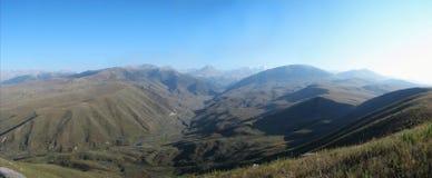 在阳光下射击的山全景 图库摄影