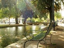 在阳光下的一条长凳在英国` s村庄 免版税库存图片