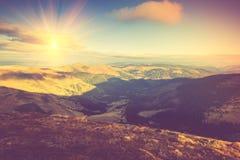 在阳光的美好的山风景 库存图片