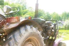 在阳光的老拖拉机 土地耕种技术在农村种田的 体力劳动的机械化 机制w 库存照片