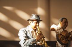 在阳光的音乐家雕象 免版税图库摄影