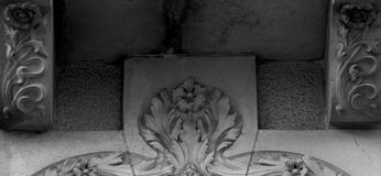 在阳台下的花卉装饰 免版税库存图片