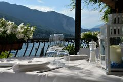 在阳台俯视的湖maggiore的豪华餐桌 免版税库存照片