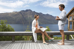 在阳台俯视的Mountain湖的夫妇 库存图片