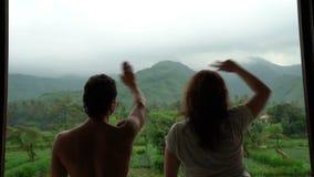 在阳台有美好的山景,爱的人们的滑稽的愉快的夫妇跳舞,享有他们的生活,情感 影视素材