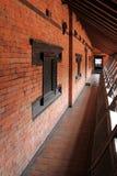 在阳台的一个狭窄的外在走廊Patan博物馆的在Patan,尼泊尔 库存图片