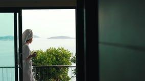 在阳台的女孩饮用的咖啡在度假 股票视频