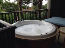 在阳台的极可意浴缸 图库摄影