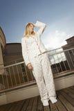 在阳台的疲乏的妇女stand´s 免版税库存照片