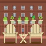 在阳台的空的庭院椅子 免版税库存图片