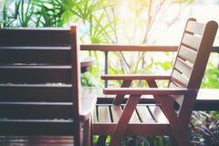 在阳台的空的木棕色椅子在自助食堂 免版税图库摄影