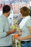 在阳台的年轻夫妇 库存照片