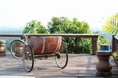 在阳台装饰的老三轮车出租汽车 库存图片