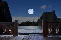 在阳台视图的浪漫满月夜 免版税库存照片