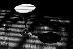 在阴影的时髦的经典鸡尾酒三叶草俱乐部和光 黑白色单色作用照片 库存照片
