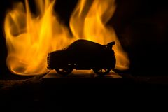 在阴影的汽车与发光在跑车黑暗背景低灯或者剪影点燃  免版税库存照片