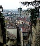 在阴暗冬天利昂,法国屋顶的看法  免版税图库摄影