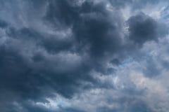 在阴暗天空的黑暗的暴风云 免版税库存照片