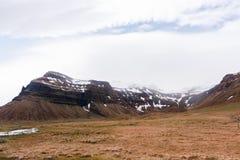 在阴霾的山与美丽的多云天空 图库摄影