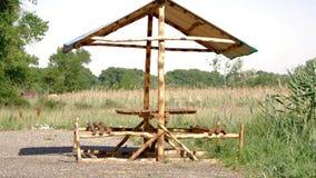 在阵营和野餐区的木桌 影视素材