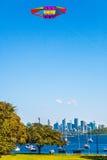 在阵营小海湾的飞行风筝在悉尼澳大利亚靠岸 库存照片