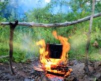 在阵营火的水壶 图库摄影
