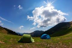 在阵营的旅游帐篷在山的草甸中 夏天seaso 免版税库存照片