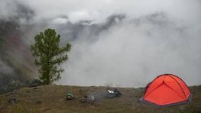在阵营的旅游帐篷在雾的山 时间间隔 影视素材