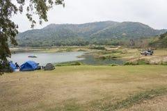 在阵营的旅游帐篷 免版税库存图片